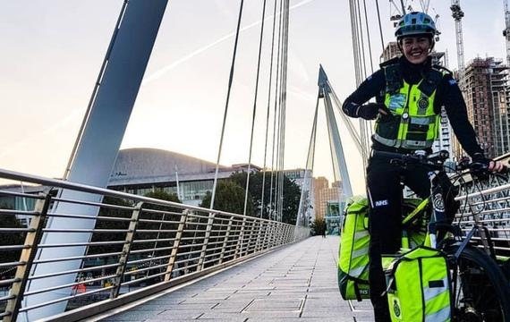 Image d'un ambulancière à vélo à Londre