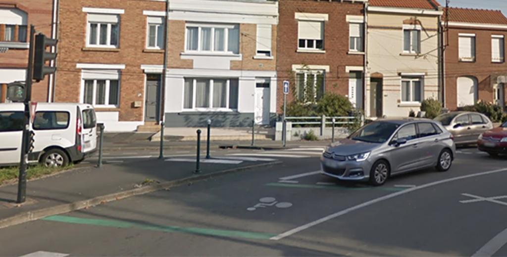 Un véhicule en attente au feu rouge, devant un SAS vélo © Google Street View