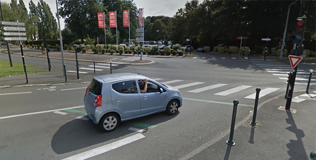 Un véhicule en attente au feu rouge, sur un SAS vélo, en infraction du code de la route © Google Street View